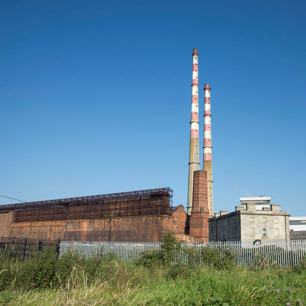 Ireland, Dublin, Ringsend, Poolbeg Power Station and ruins of previous Pigeonhouse Power Station The Poolbeg power plant is a oil and gas fired station opened in 1971  2007:ニュース(壁紙.com)