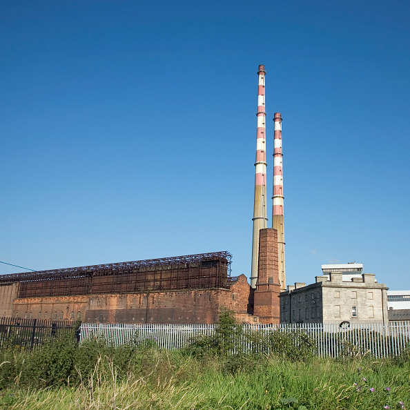 Copy Space「Ireland, Dublin, Ringsend, Poolbeg Power Station and ruins of previous Pigeonhouse Power Station The Poolbeg power plant is a oil and gas fired station opened in 1971  2007」:写真・画像(3)[壁紙.com]
