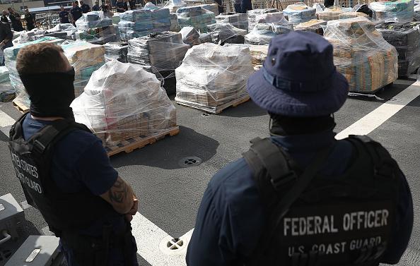 Cocaine「Florida Coast Guard Officials Display 26 Tons Of Seized Cocaine」:写真・画像(4)[壁紙.com]