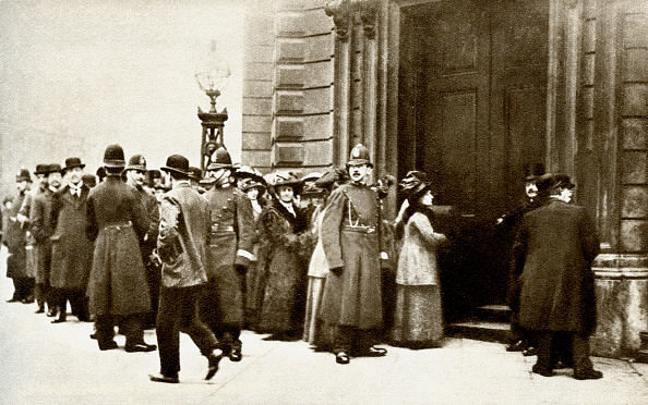 Waiting In Line「Queue of people waiting to hear the trial of the Suffragettes who had smashed windows on Regent Street in 1912」:写真・画像(17)[壁紙.com]