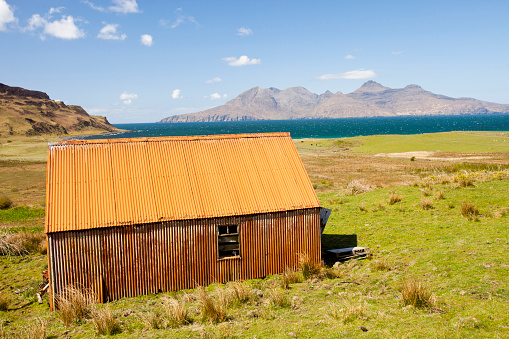 Croft「An old corrugated iron barn at Cleadale on the Isle of Eigg, looking towards the Isle of Rhum, Scotland, UK.」:スマホ壁紙(9)