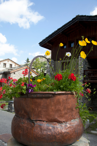 Val d'Isere「Old copper vessel filled with flowers in Val d'Isere, France, in the summer.」:スマホ壁紙(10)