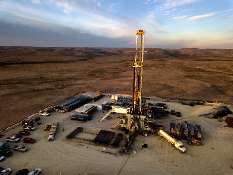 Oil Industry「Fracking Drilling Rig at Dusk or Dawn」:スマホ壁紙(6)