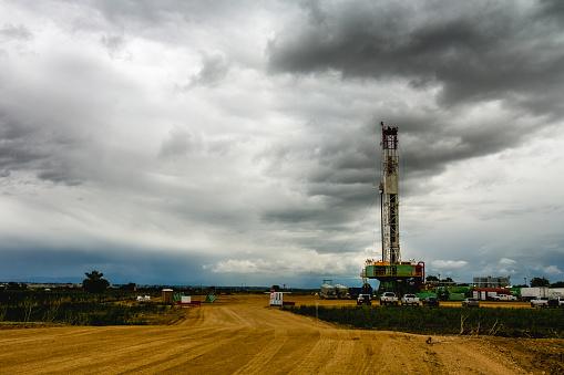 Mining - Natural Resources「Fracking Drilling Rig Under a Dramatic Sky」:スマホ壁紙(13)