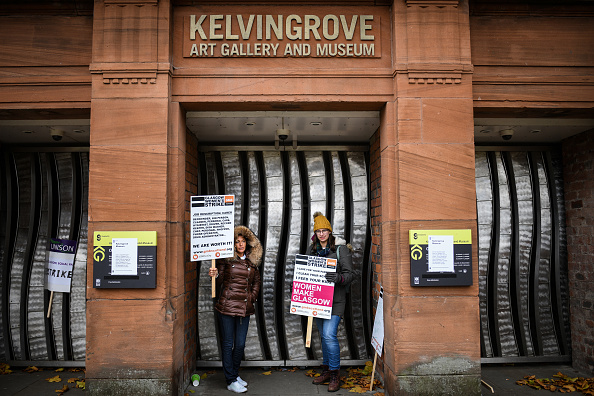 Paying「Glasgow Equal-Pay Strike Continues for Second Day」:写真・画像(3)[壁紙.com]