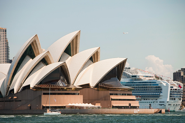 Sydney「Sydney Opera House, Australia, with a large cruise liner docked in Sydney Harbour.」:写真・画像(14)[壁紙.com]