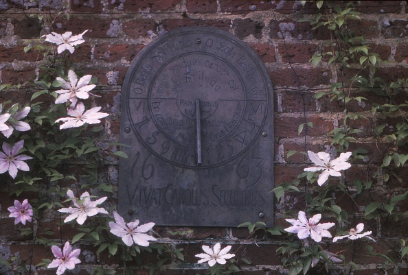 Brick Wall「Sundial Dated 1663 In Grounds Of Polesdon Lacey」:写真・画像(13)[壁紙.com]