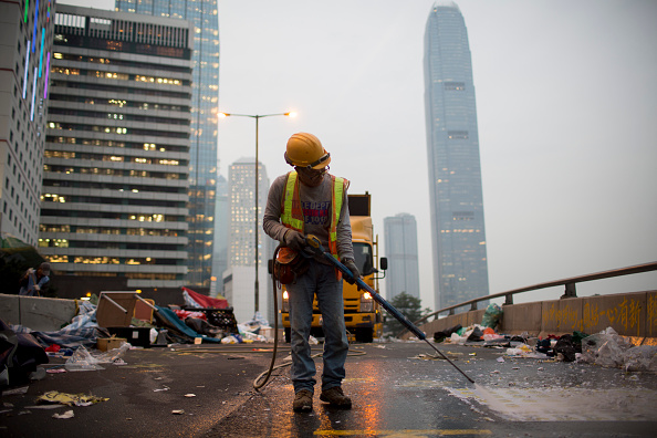 Brent Lewin「Authorities Move In To Clear Away Remaining Hong Kong Protest Sites」:写真・画像(2)[壁紙.com]