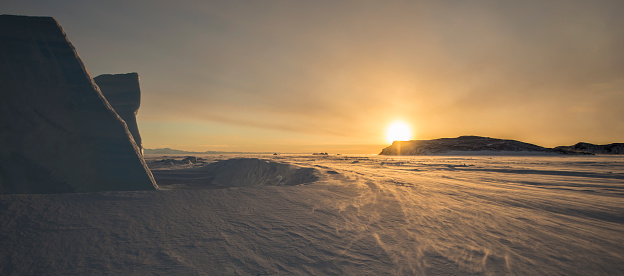 Atlantic Islands「Sunset behind an iceberg looking north across the frozen surface of the Ross Sea, Antarctica.」:スマホ壁紙(12)