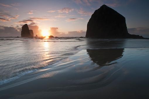 Cannon Beach「Sunset behind Haystack Rock」:スマホ壁紙(0)