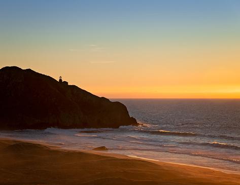 Big Sur「Sunset behind a lighthouse」:スマホ壁紙(16)