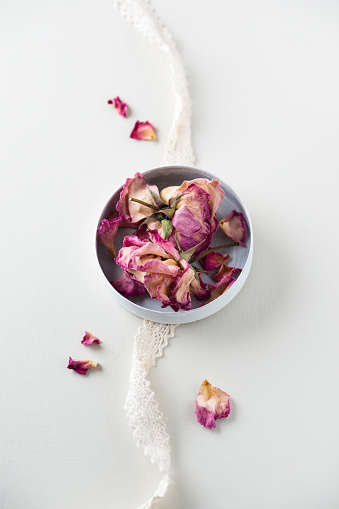 薔薇「Bowl of dried rose blossoms and lace on white ground」:スマホ壁紙(3)