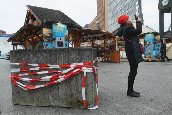 2016 Berlin Christmas Market Attack「Berlin Christmas Markets Reopen Following Apparent Terror Attack」:写真・画像(14)[壁紙.com]