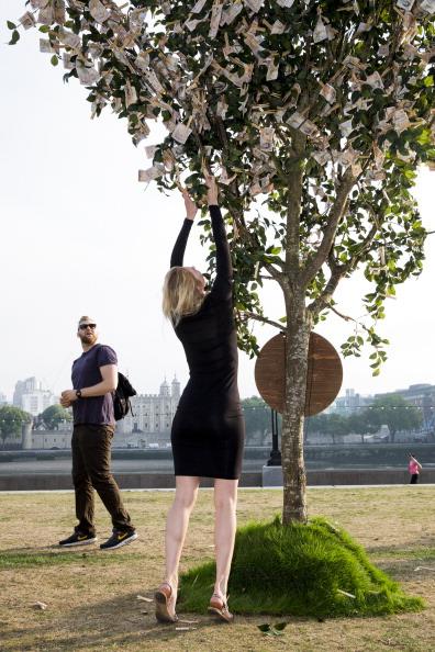 Tristan Fewings「Money Does Grow On Trees」:写真・画像(18)[壁紙.com]