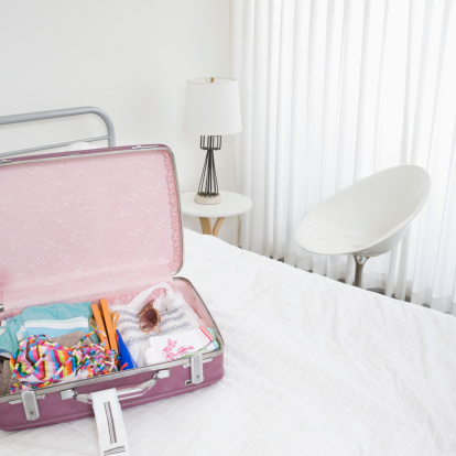 Motel「Pink luggage in white room」:スマホ壁紙(6)