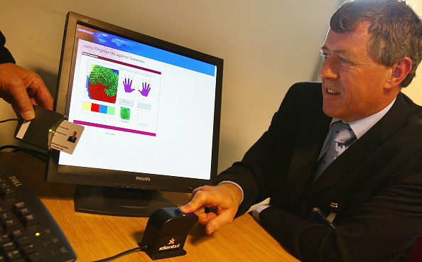 Natural Pattern「MPs Trial Iris And Fingerprint Scanning At UK Passport Service」:写真・画像(13)[壁紙.com]