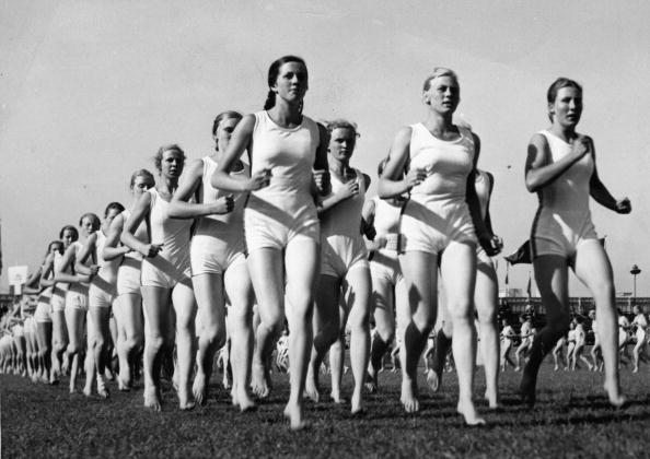 スポーツ「Young women at their outdoor runners training, Photograph, Around 1930」:写真・画像(8)[壁紙.com]