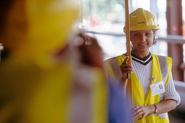 Reflective Clothing「Young Women training as a building surveyor」:写真・画像(2)[壁紙.com]