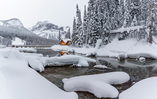 Yoho National Park「Mountain Lodge in Winter」:スマホ壁紙(1)