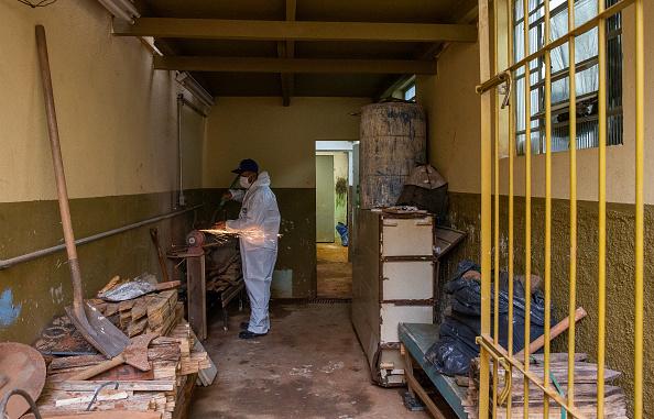 Sharpening「A Day with Gravedigger Adenilson Souza Costa at Vila Formosa Cemetery Amidst the Coronavirus (COVID -19) Pandemic」:写真・画像(8)[壁紙.com]