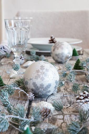 Pine Cone「Christmas decoration on laid table」:スマホ壁紙(2)
