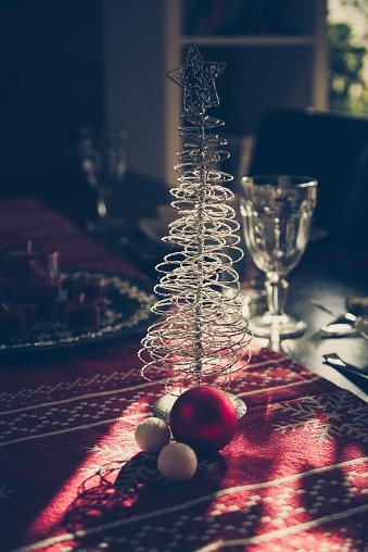 Table Runner「Christmas decoration on laid table」:スマホ壁紙(13)