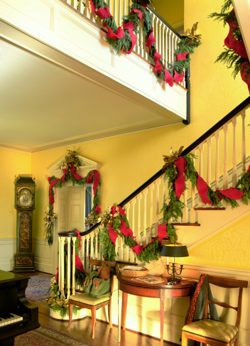 Floral Garland「Christmas decorations on staircase」:スマホ壁紙(0)