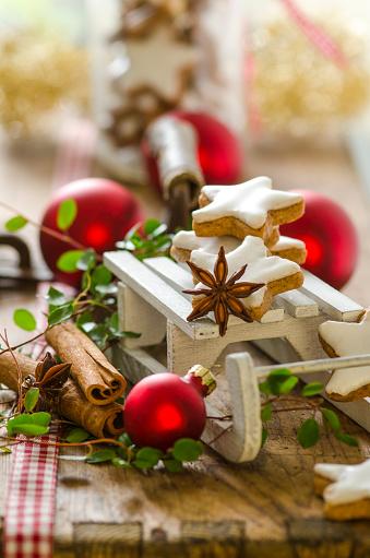 Sled「Christmas decoration with miniature sledge and cinnamon stars」:スマホ壁紙(16)