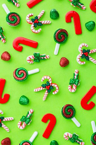 グミ・キャンディー「Christmas decorations on table」:スマホ壁紙(12)