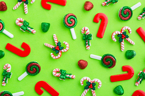 グミ・キャンディー「Christmas decorations on table」:スマホ壁紙(11)
