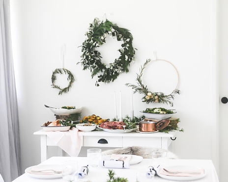 Food Styling「Christmas dinner on a sideboard in a dining room」:スマホ壁紙(15)