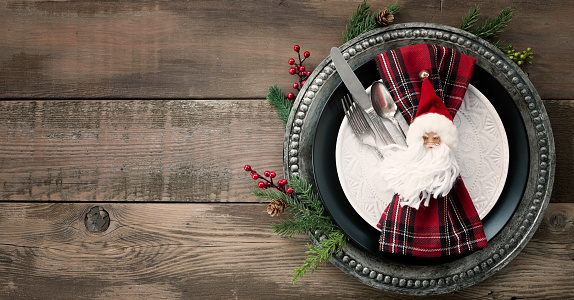 Santa Hat「Christmas Dining Plate and Napkin on an Old Wood Table」:スマホ壁紙(1)