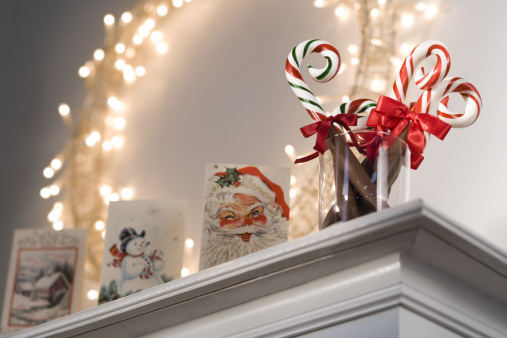 Candy Cane「Christmas decorations on mantle」:スマホ壁紙(13)