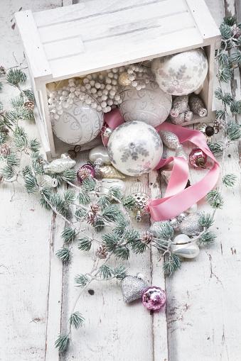 クリスマスの飾り「Christmas decoration in a box on wood」:スマホ壁紙(17)