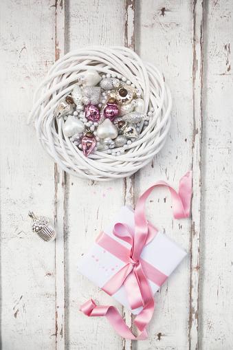 プレゼント「Christmas decoration and Christmas present on wood」:スマホ壁紙(8)