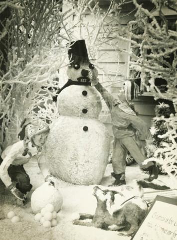 雪だるま「Christmas display with snowman in garden, (B&W)」:スマホ壁紙(17)