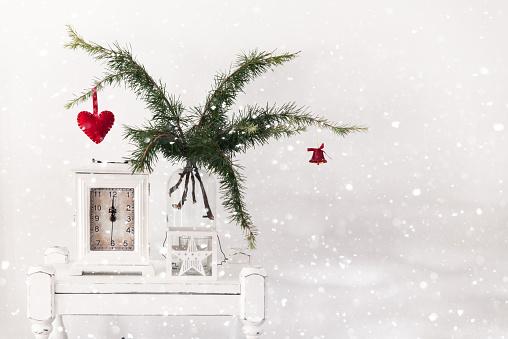 雪「Christmas decoration with pine, clock and star lantern」:スマホ壁紙(12)