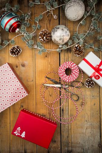 お祭り「Christmas decoration and wrapped presents on wood」:スマホ壁紙(17)