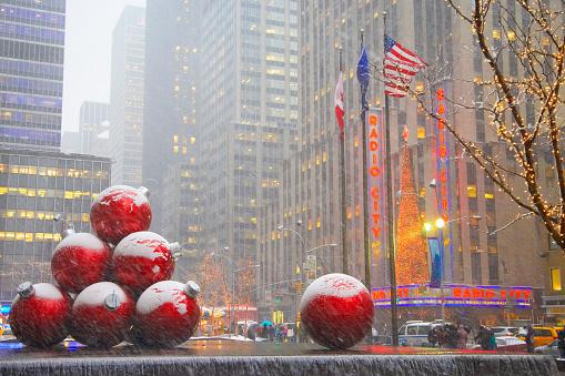Rain「Christmas decorations outside Radio City Music Hall, New York City, New York, United States」:スマホ壁紙(12)