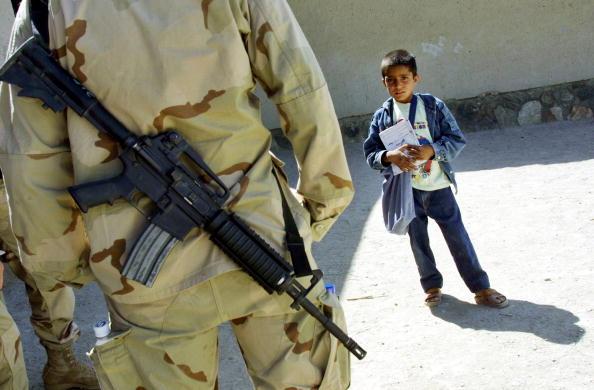 Natalie Behring「Afghan Schoolboy Looks At A U S Soldier」:写真・画像(0)[壁紙.com]