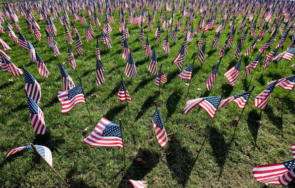 War Memorial Holiday「Iraq War Dead Honored On Veterans Day With Flag Display」:写真・画像(17)[壁紙.com]