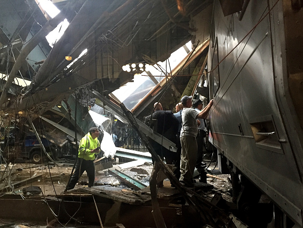 鉄道・列車「New Jersey Transit Commuter Train Crashes At Hoboken Terminal」:写真・画像(1)[壁紙.com]