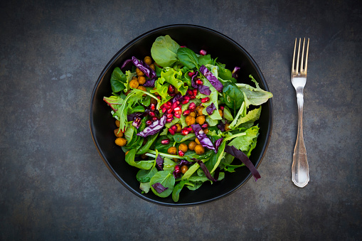 Bowl「Bowl of mixed leaf salad with pomegranate seed, red cabbage and roasted curcuma chick peas」:スマホ壁紙(6)