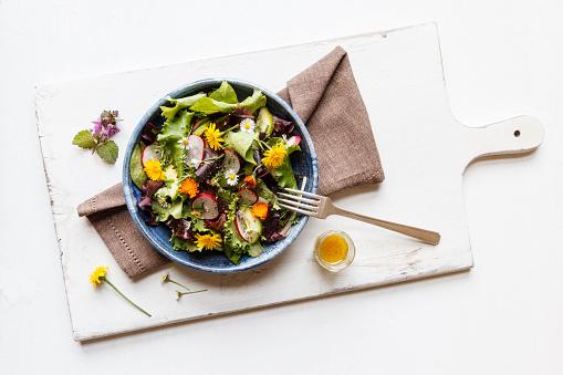 たんぽぽ「Bowl of mixed salad with edible flowers」:スマホ壁紙(19)