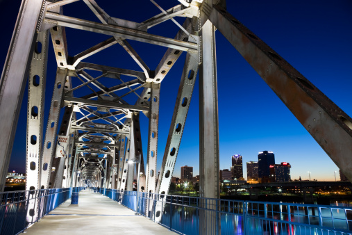 Arkansas River「USA, Arkansas, Little Rock, Illuminated footbridge near downtown at night」:スマホ壁紙(4)