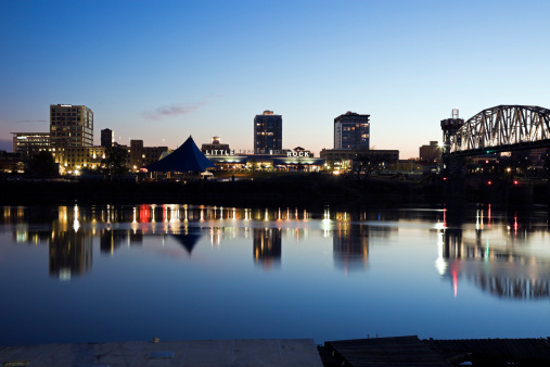 Arkansas River「USA, Arkansas, Little Rock, Downtown skyline illuminated at night」:スマホ壁紙(2)