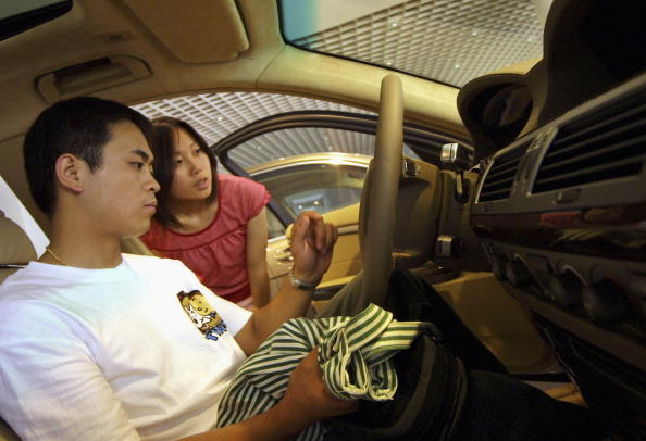 Car Dealership「A Chinese Couple Look At A BMW Car」:写真・画像(11)[壁紙.com]