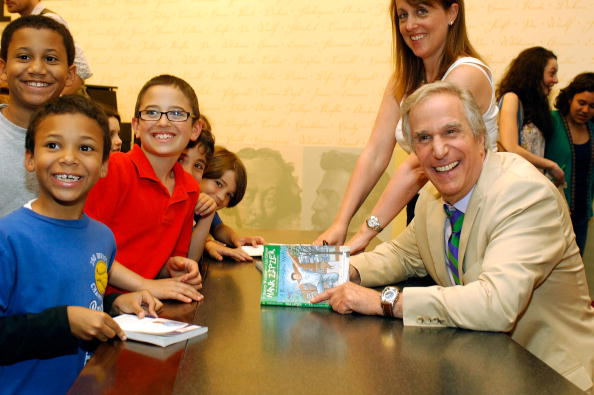 """Writing「Henry Winkler Signs Copies Of """"A Brand New Me!"""" - May 7, 2010」:写真・画像(7)[壁紙.com]"""