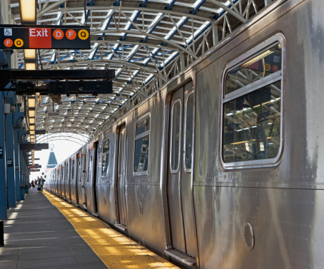 Passenger「Subway train and platform, New York City, New York, United States」:スマホ壁紙(0)