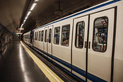 Waiting「Subway train at station」:スマホ壁紙(16)